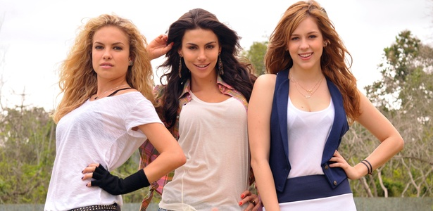 As atrizes Lua Blanco (à esq.), Melanie Fronckowiak e  Sophia Abrahão (à dir.) de Rebelde da Record (12/1/2011)