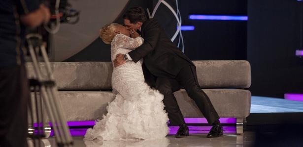 Hebe Camargo ganha beijão técnico do ator Daniel Boaventura, que participou da gravação de seu programa de estreia na RedeTV! (1/3/2011)
