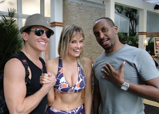 Ellen Roche entre os coreógrafos Diego Borges e Marcelo Amorim (15/6/2011)