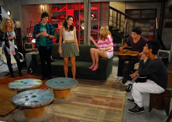 Rebeldes contam que querem pisar em um palco, mas temem que Jonas descubra