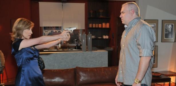 Regina (Beth Goulart) atira em Cleber (Sandro Rocha) por tê-la contaminado com HIV