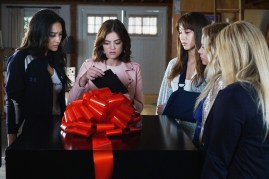Pretty Little Liars 7x11 - SHAY MITCHELL, LUCY HALE, TROIAN BELLISARIO