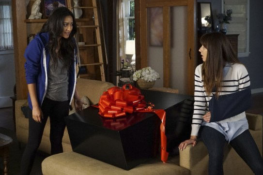 Pretty Little Liars 7x12 - SHAY MITCHELL, TROIAN BELLISARIO