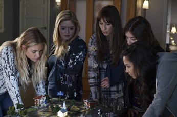 Pretty Little Liars 7x12 - ASHLEY BENSON, SASHA PIETERSE, TROIAN BELLISARIO, LUCY HALE, SHAY MITCHELL