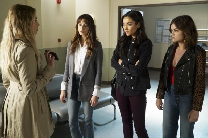 Pretty Little Liars 7x13 - ASHLEY BENSON, TROIAN BELLISARIO, SHAY MITCHELL, LUCY HALE