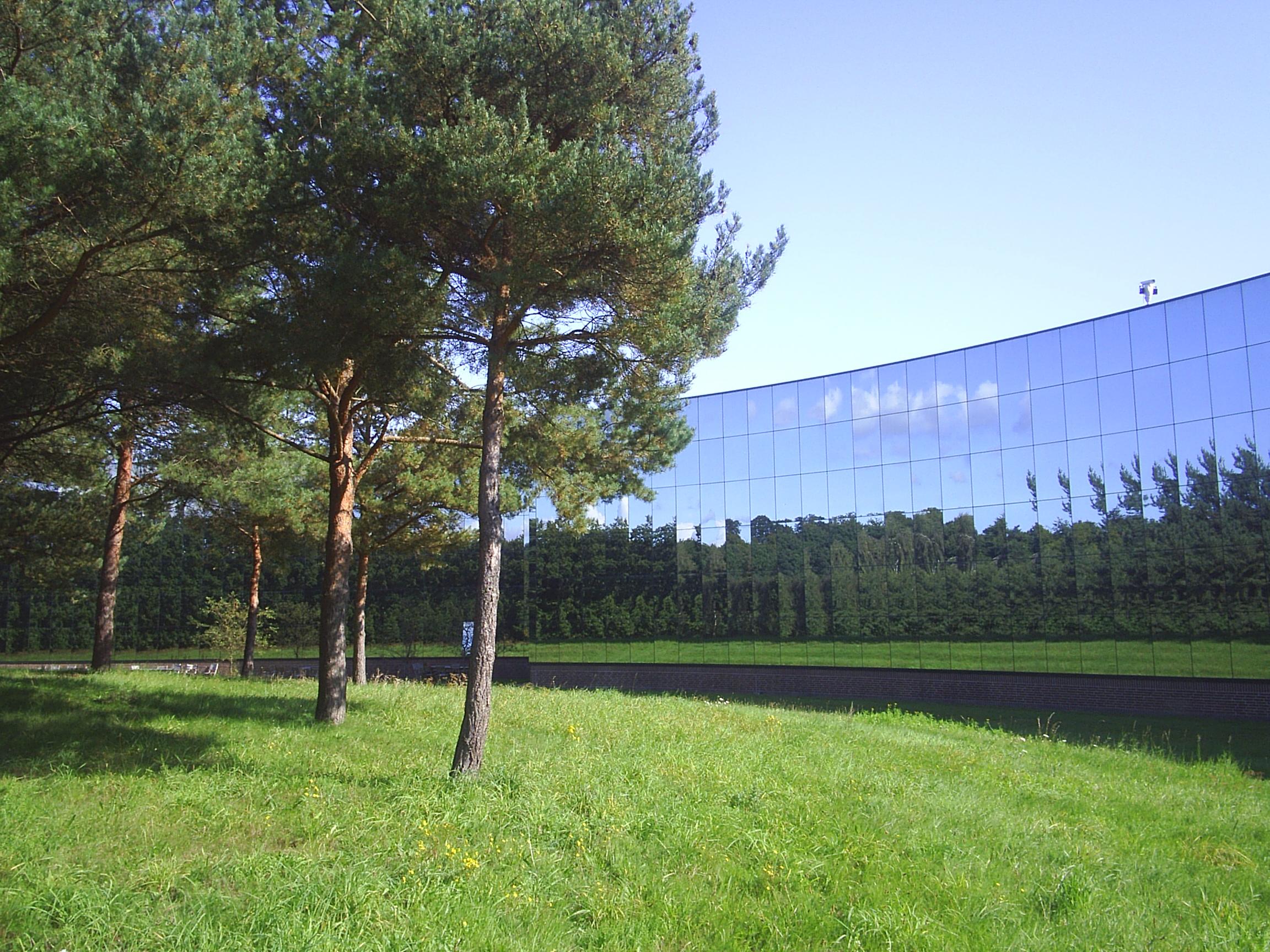 IBM s hovedkontor ligger på sydsiden af Mølleådalen ved Ravnsholm station. Her er billedet taget fra stien langs Mølleåen. Foto sept. 2008