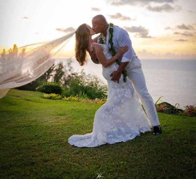 Dwayne Johnson se casa en una ceremonia hawaiana