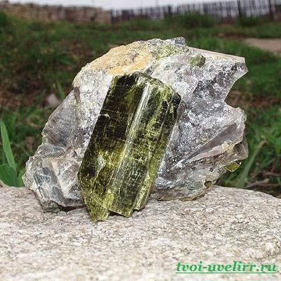 Камень эпидот-Свойства эпидота-Фото-эпидота-5