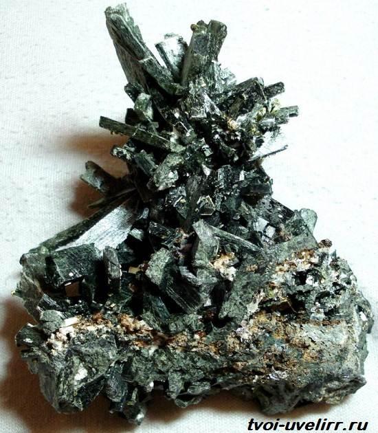 Геденбергит-минерал-Свойства-применение-и-цена-геденбергита-4