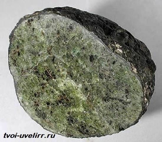Форстерит-камень-Свойства-применение-и-цена-форстерита-2