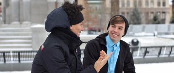 Dvojica muškaraca u zimskim jaknama sjede na klupi i razgovorom ostavljaju dobar dojam jedan drugome.