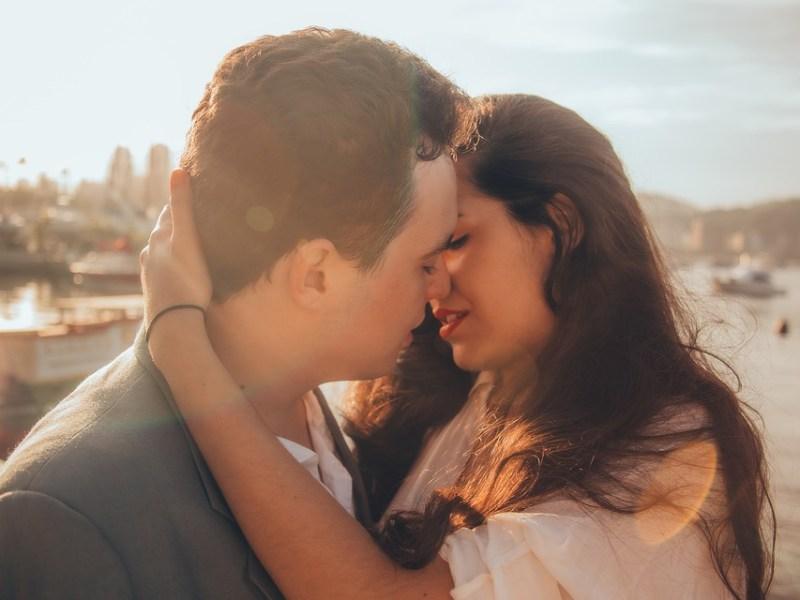Žena i muškarac prvi poljubac