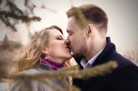 Žena i muškarac imaju prvi poljubac.