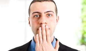 En hæs stemme er et alarmerende tegn, der kan være forårsaget af både fysiologiske og patologiske årsager.