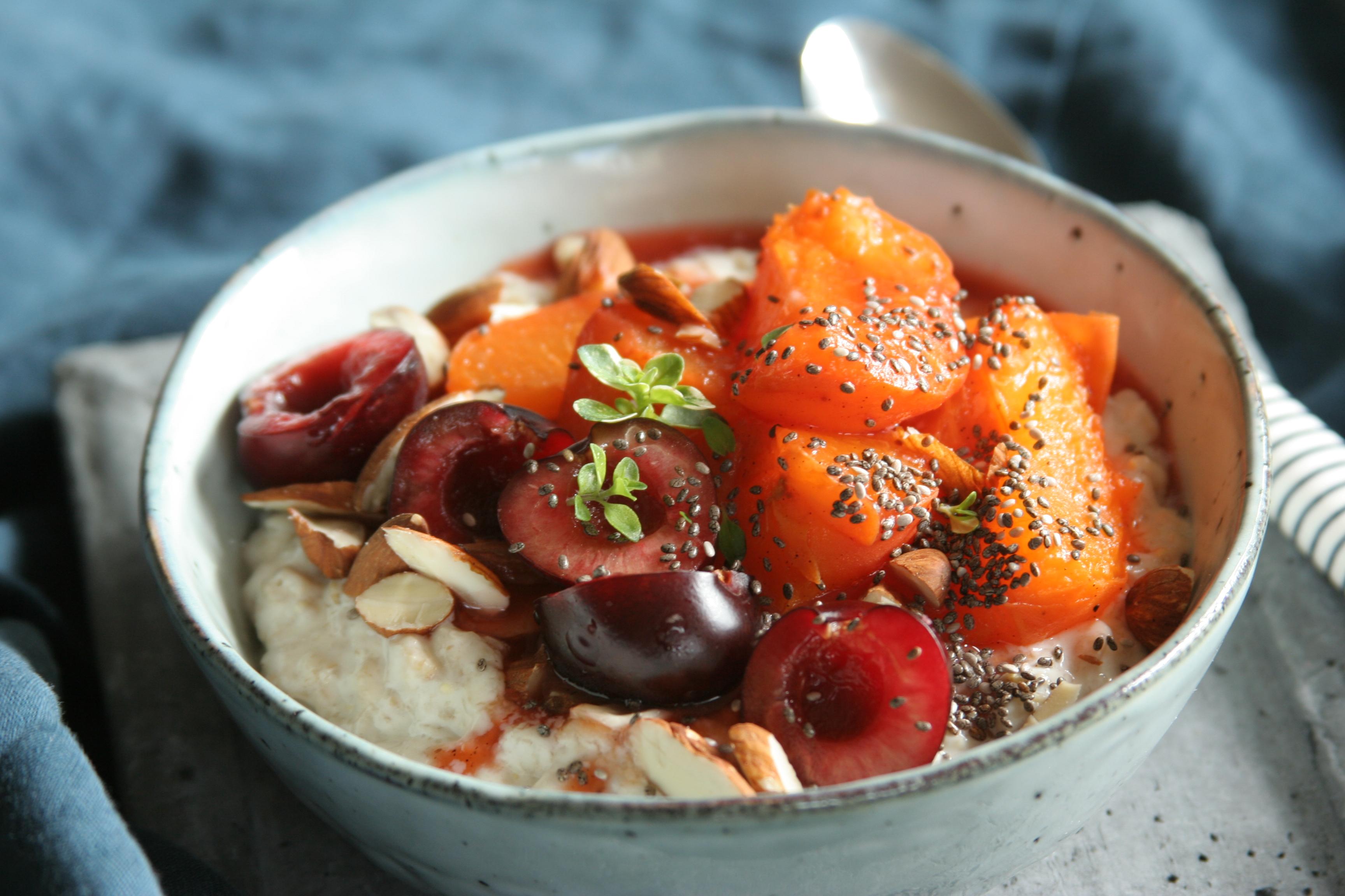 Jogurtová kaše s tymiánem a svařenými meruňkami