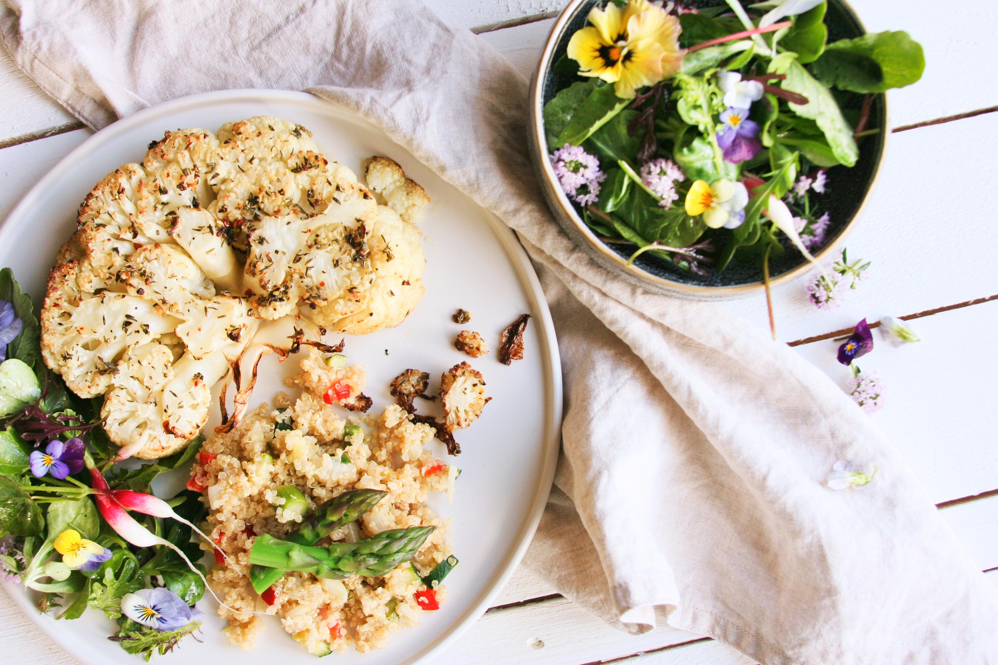 """Květákové """"steaky"""" & česneková quinoa"""