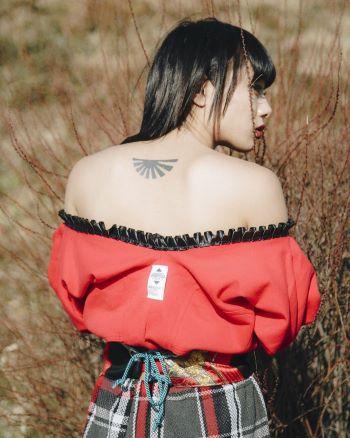 仲万美・背中のタトゥー 画像出典/Instagram