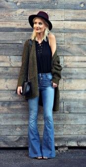 Flared jeans for a feminine and classic look (2)