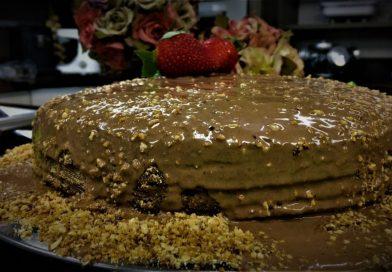 Que tal preparar um bolo de chocolate com calda de brigadeiro que não vai ao fogo?