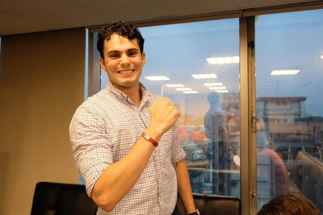 """Joey is showing off his new medical alert bracelet, which says """"食物過敏"""""""