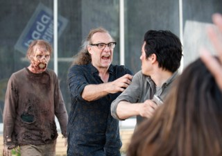 the-walking-dead-episode-601-bts-greg-nicotero-glenn-yeun-935