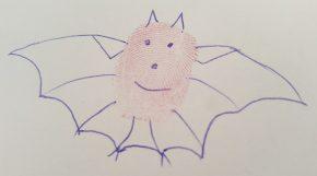 Ein mit Kugelschreiber bemalter Fingerabdruck wird zur Fledermaus