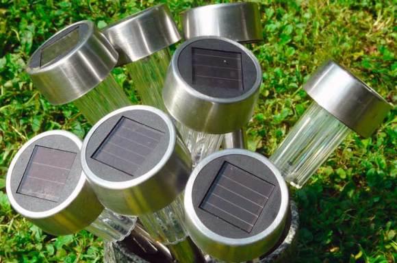 Lámpara solar en jardín