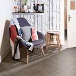 Tapete in Waldoptik, Sessel, Hocker, Wand, geschmückt