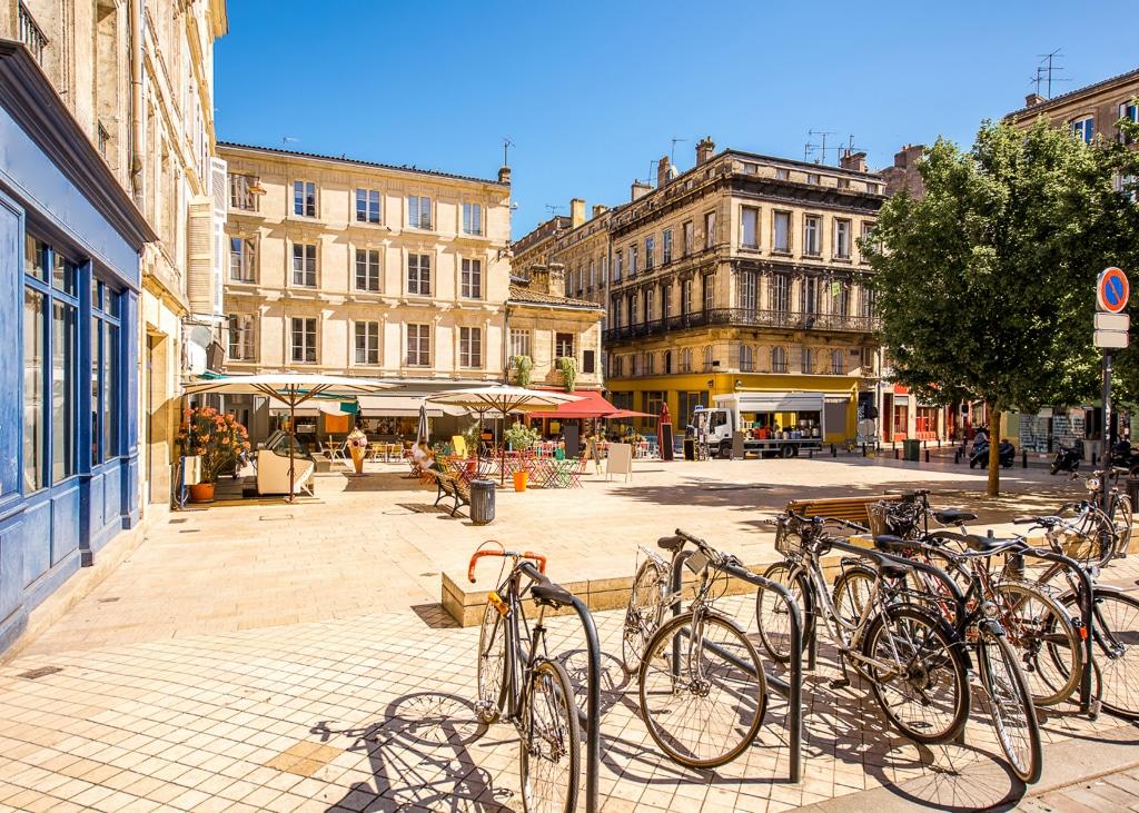 photo d'une place de Bordeaux avec des vélos au premier plan