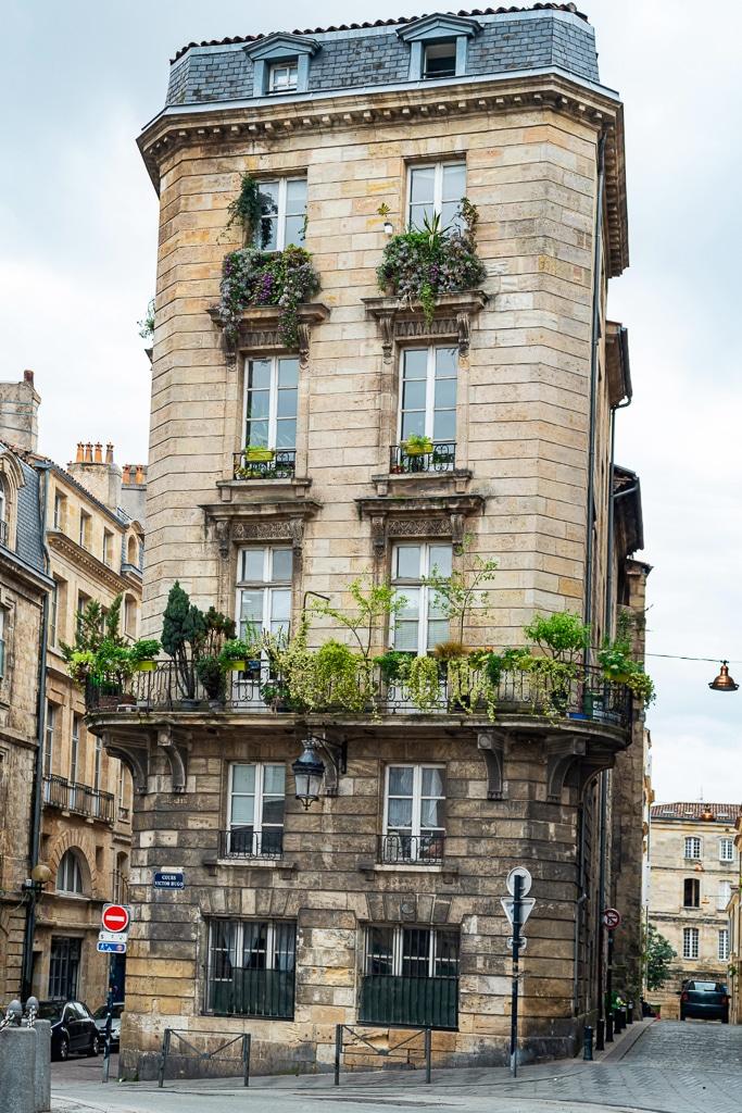 photo d'un bâtiment de Bordeaux avec des plantes à chaque étage