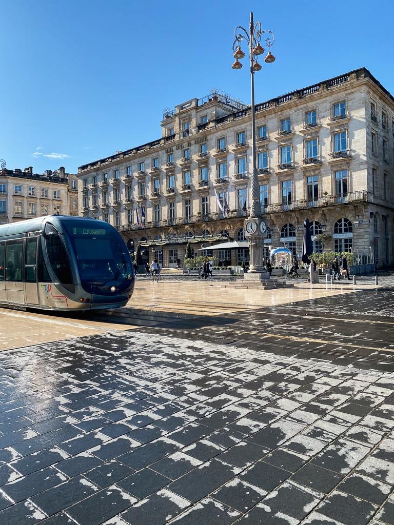 photo d'une place avec un tramway