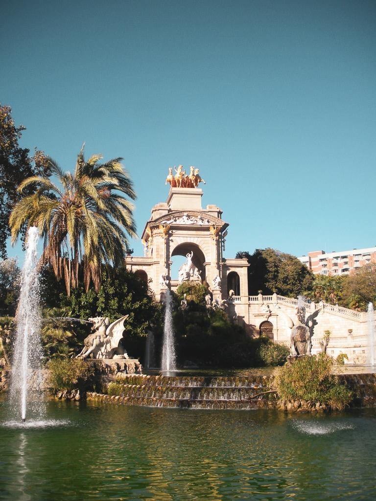 une photo d'une fontaine avec un bassin d'eau