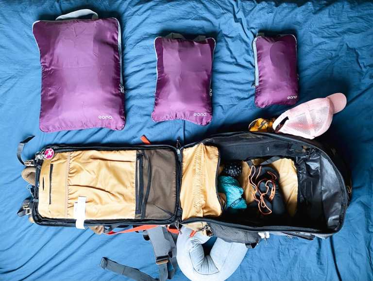 photo d'un sac à dos de digital nomade avec les pochettes de compression