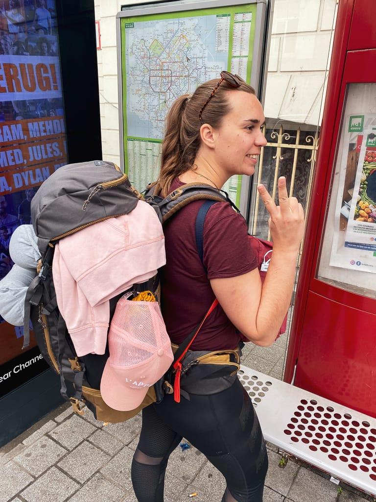 photo d'une femme en sac à dos