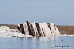 Gletschereis mit Aschestreifen