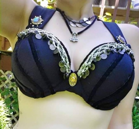 Photo of the top with large cups and velvet strips