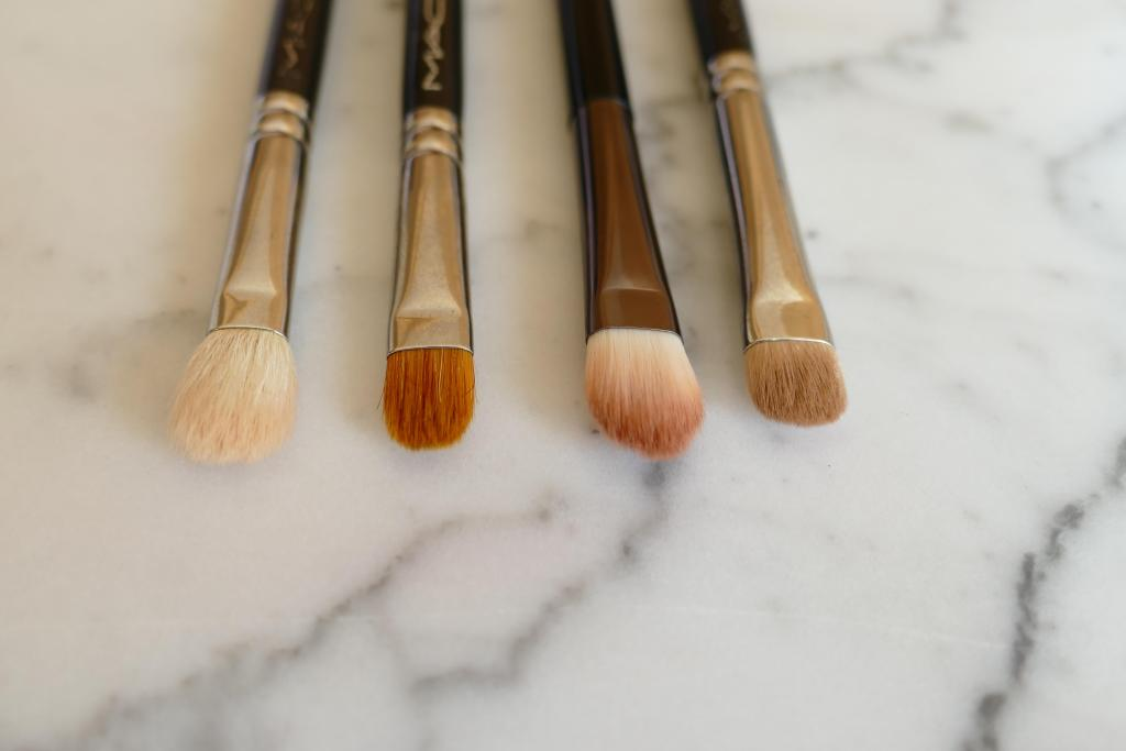 Paddle brushes for eyeshadow