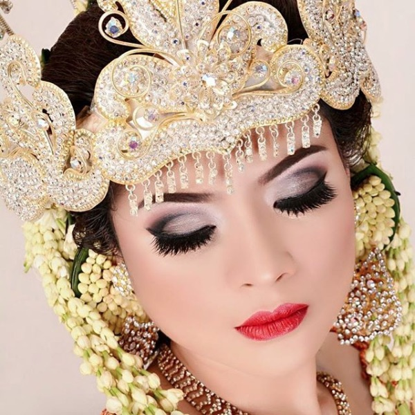 Wedding Makeup: Indonesian Bridal Makeup: Extravagant Tradition With A
