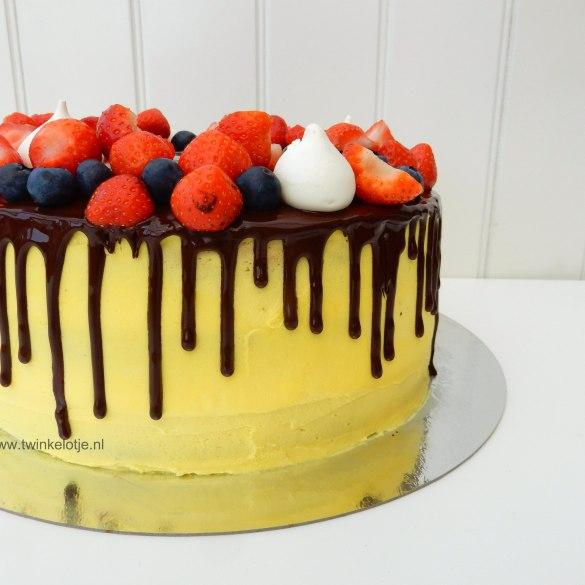 Taart met chocoladedrip en vers fruit