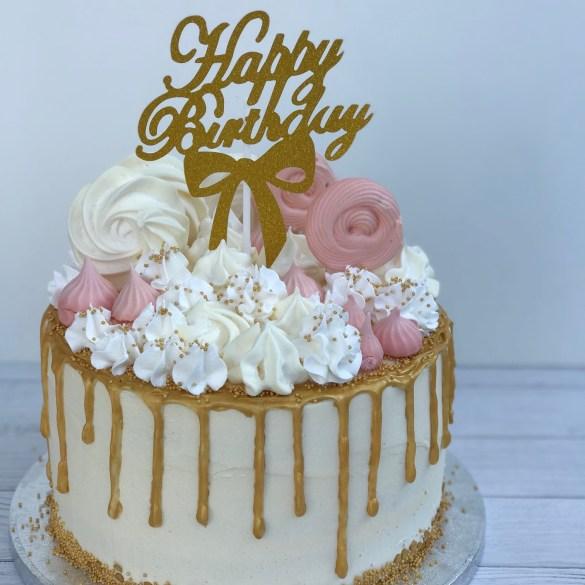 Golden dripcake met merengues en Happy Birthday topper