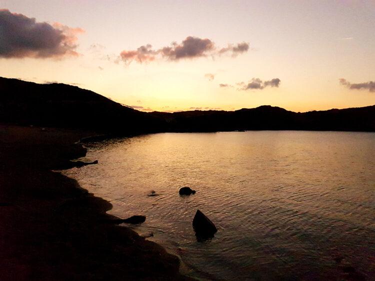 Puesta de sol desde la playa de Cavallaria en el norte de Menorca