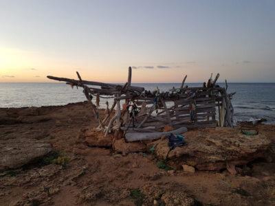 lugar de interes casa construida de palos de madera
