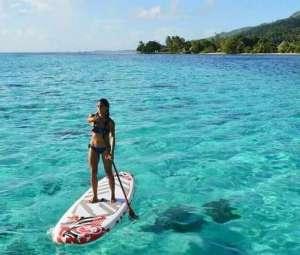 Chica alquila tabla Paddle surf en Menorca, Playa de Macarella