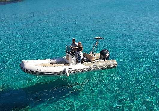 Barco de alquiler con licencia en ciutadella de menorca, neumatica de la marca zodiac Medline 550 neo