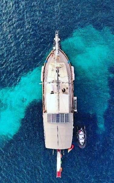Vista aerea de la goleta yate Black Marly en Menorca