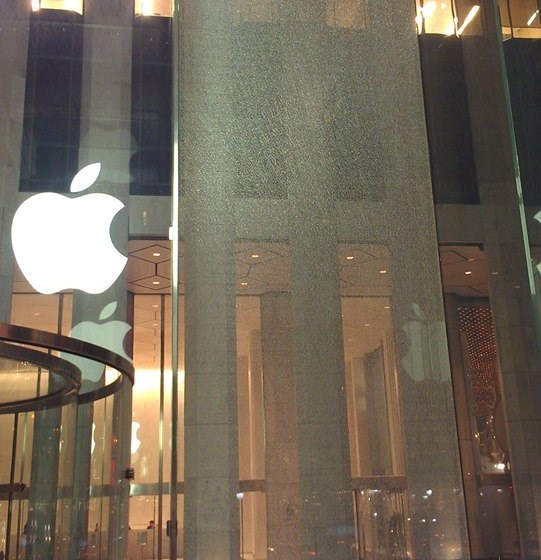 Apple's 5th Avenue Apple Store Replacing Shattered Glass Panel