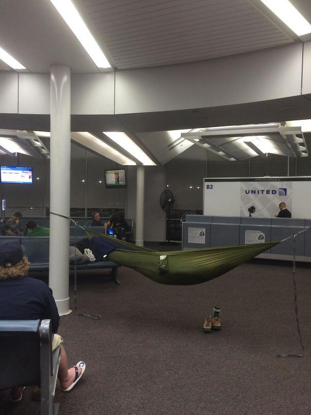 Когда скамьям слишком сложно спать в аэропорту