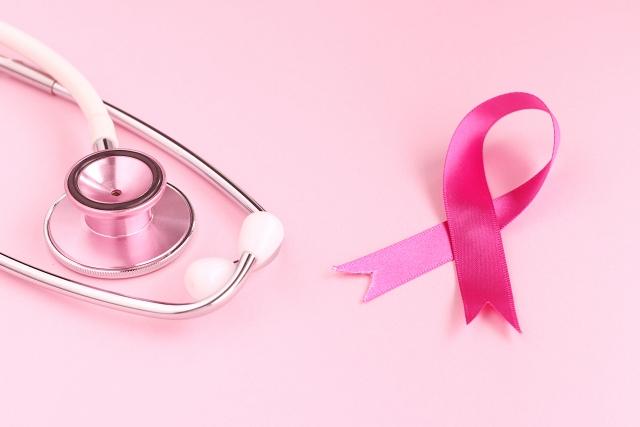 乳がん検診ピンクリボンと聴診器
