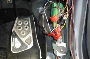 マツダ・MPV(LW3W)の場合、アクセルペダルの右側手前に、ドアロック関連の配線が来てたので、作業が楽でした!(o^^o)