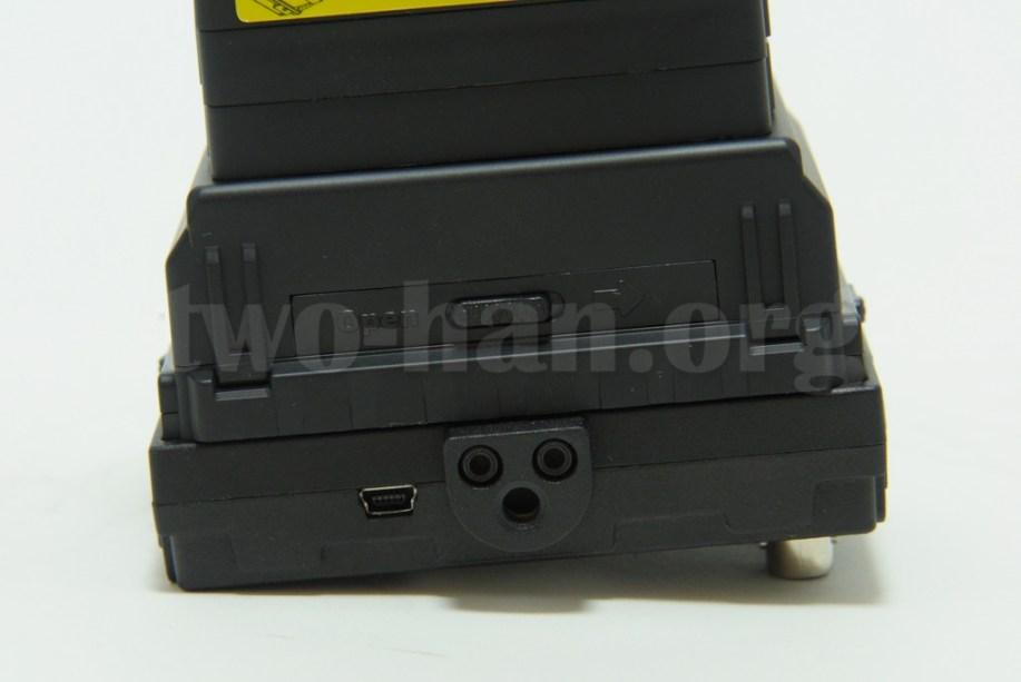 CineroidのEVF4RVW、このカメラネジが効くアタッチメントは上下左右に取り付けられ、様々な状況に対応!出来ますが、結構滑るので、後で別途、特注品を用意しました...。(^_^;)